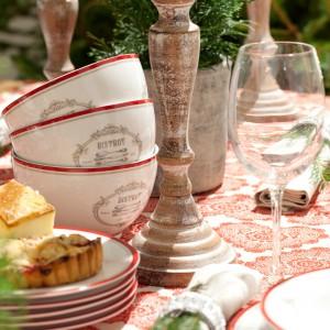 Biała porcelana z czerwonymi krawędziami idealnie pasuje do wzorzystego czerwono-białego obrusu. Czerwień subtelnie ocieple uniwersalną biel. Całość urzeka dobrym stylem i elegancją. Fot. Dekoria.