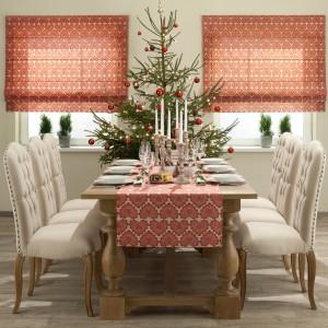 Licznie rozstawione na stole pięknie zdobione świeczniki zbudują przytulny nastrój świątecznej wieczerzy, gdy zapłoną ciepłym płomieniem. Towarzyszy im czerwień w postaci wzorzystego motywu na obrusie oraz elegancka, odświętna zastawa. Fot. Dekoria.