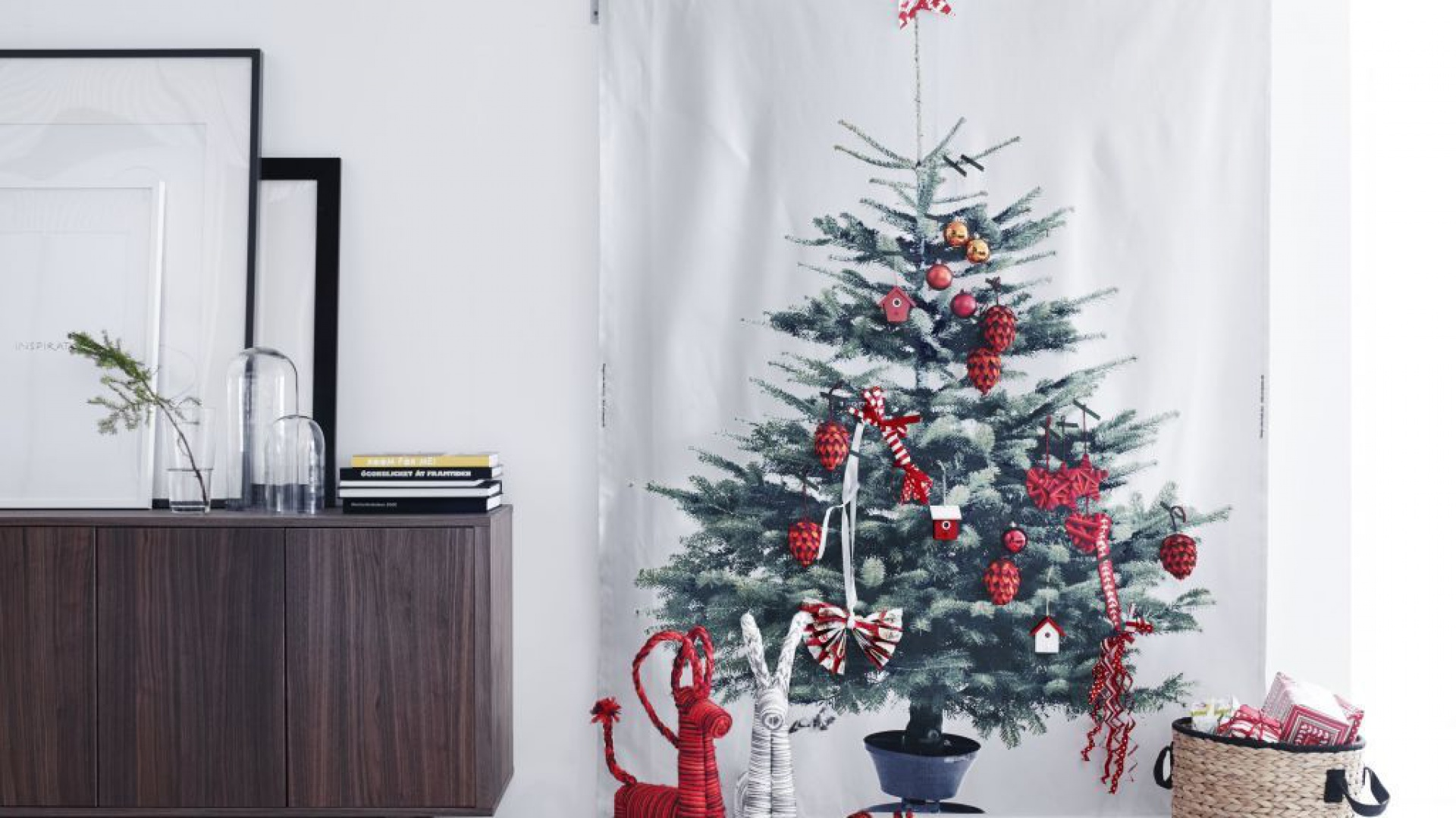 Plecione kolorowe koziołki to minimalistyczna propozycja od IKEA. Wprowadzi do wnętrza odrobinę humoru. Fot. IKEA.