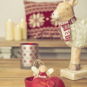 Uroczy aniołek-laleczka w towarzystwie świątecznie ubranego renifera - takie świąteczne ozdoby proponuje firma Duka. Fot. Duka.