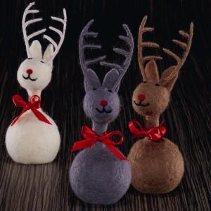 Urocza ozdoba bożonarodzeniowa lub świetny pomysł na prezent. Filcowe renifery w trzech kolorach to propozycja marki Philippi. Fot. Philippi.