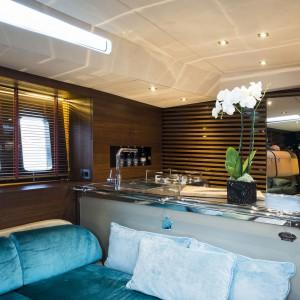 Luksusowy charakter wnętrza podkreślają ławy wyściełane miękkim aksamitem w morskim kolorze. Zapewniają komfortowy odpoczynek podczas spożywania posiłku. Fot. Officine Gullo.