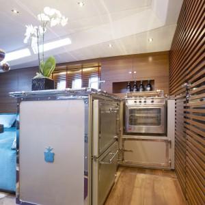 Kuchnia na jachcie ma takie samo wyposażenie jak podobne wnętrza w domu. Jest w niej nawet piekarnik, dzięki czemu można serwować zaproszonym gościom nawet bardzo wymyślne dania. Fot. Officine Gullo.