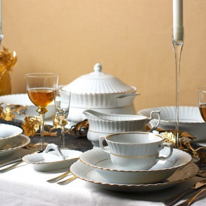 Biała porcelana z kolekcji Iwona delikatnie ozdobiona złotem pięknie zaprezentuje się na każdym świątecznym stole. Jeśli aranżację uzupełnimy dodatkami w złotym kolorze całość będzie niezwykle elegancka i bardzo stylowa. Fot. Polskie Fabryki Porcelany Ćmielów i Chodzież.