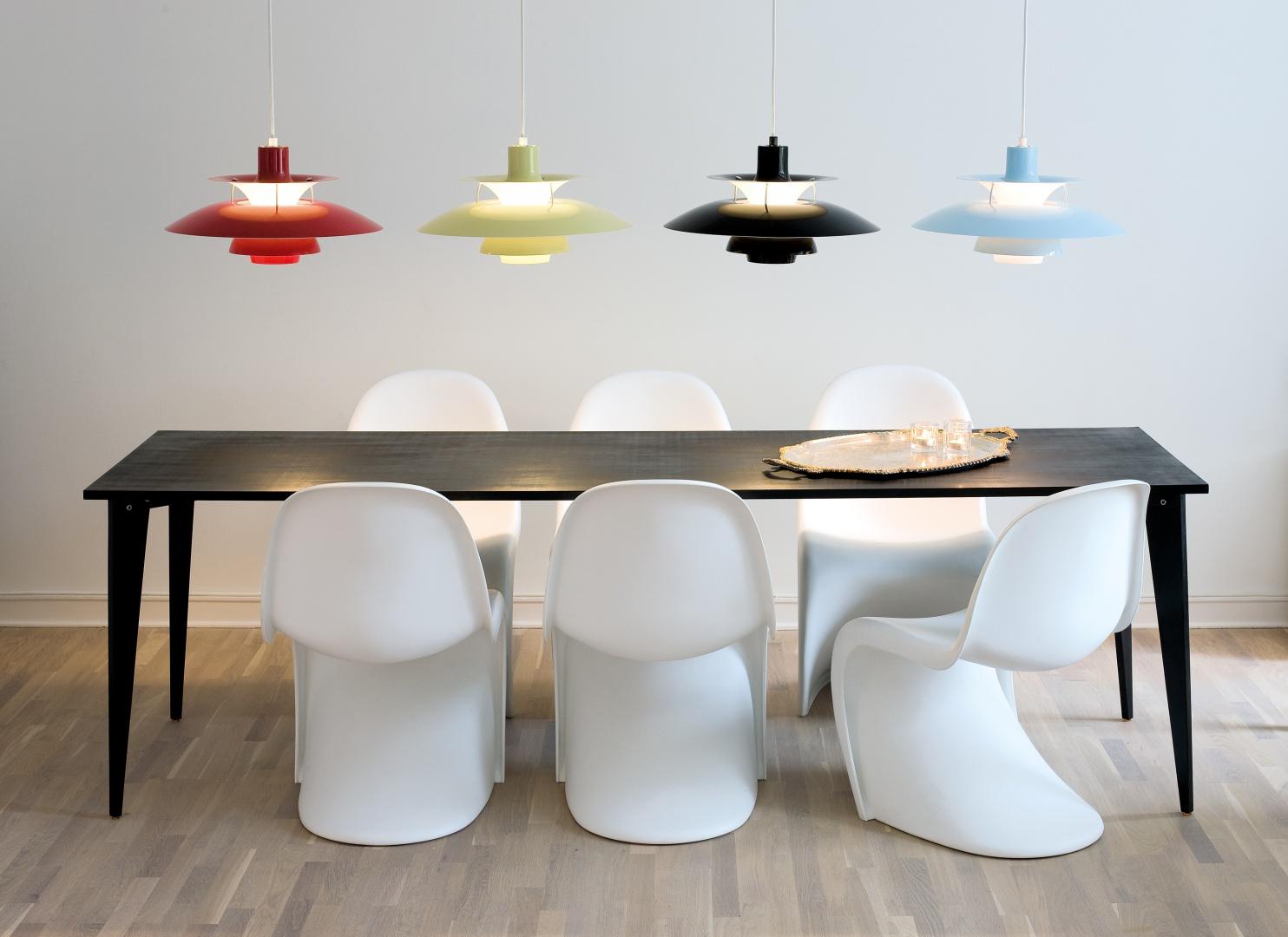 Powieszenie lamp w różnych kolorach może być ciekawym pomysłem na ożywienie nowoczesnego, czarno-białego pomieszczenia. Fot. Louis Poulsen.