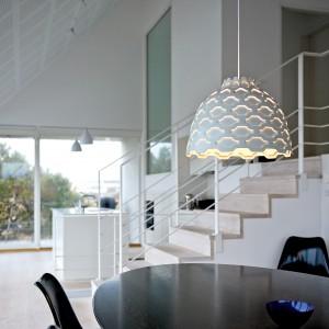 Dekoracyjna lampa LC projektu Louise Campbell ma wiele warstw ozdobionych ażurowymi otworami, przez które sączy się światło. Fot. Louis Poulsen.