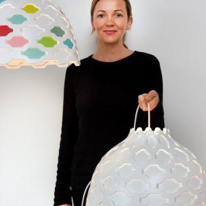 Projektantka Louise Campbell prezentuje lampę LC swojego autorstwa, zaprojektowaną dla marki Louis Poulsen.  Fot. Louis Poulsen.