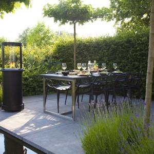 Projektując przestrzeń wokół domu warto wyznaczyć miejsce na obszerny taras, który latem może być doskonałym miejscem do spożywania posiłków. Fot. Faber.