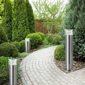 Projektując ogród nie możemy zapomnieć o oświetleniu. Do wyboru mamy wiele rodzajów opraw. Lampy stojące, oświetlenie umieszczone w nawierzchni, kinkiety umieszczone na ścianie budynku - każde efektownie oświetli przestrzeń ogrodu. Fot. Castorama.