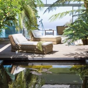 Umieszczone obok basenu wygodne, wiklinowe meble ogrodowe stanowią doskonały zestaw do odpoczynku. Fot. Manutti.