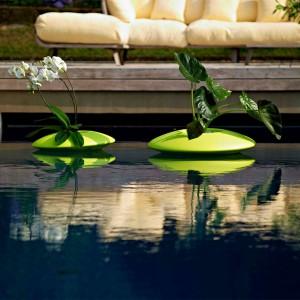 Doskonałą ozdobą oczka wodnego czy stawu są rośliny. Poza tradycyjnymi możemy zdecydować się na doniczki wykonane z tworzywa sztucznego, które mogą unosić się na wodzie. Wewnątrz możemy umieścić dowolne rośliny. Na zdjęciu donice Ninfea. Fot. Plust collection.