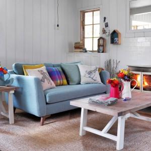 Wnętrze w jasnych barwach można dość szybko ożywić przy pomocy kolorowych poduszek. Równie łatwo wrócimy też do poprzedniej aranżacji. Fot. House of Fraser.