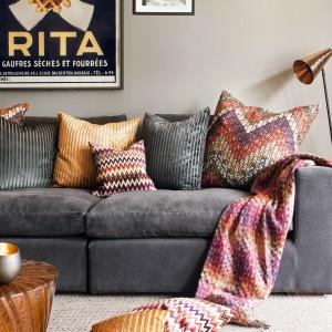 Poduszki dekoracyjne w etniczne wzory wprowadzą do wnętrza wyjątkowy klimat. Fot. Amara.