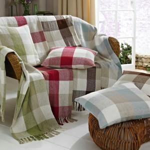 Jeśli nie mamy pomysłu na wygląd poduszek, postarajmy się o zbliżone wyglądem do tapicerki kanapy lub ozdobnej narzuty. Fot. House of Bath.