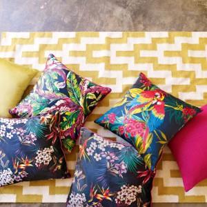 Kolorowe, egzotyczne wzory na dekoracyjnych poduszkach ożywią każde, nawet najbardziej ponure wnętrze. Fot. Marks&Spencer.