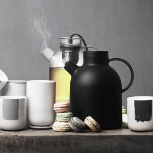 Designerskie kubki termiczne i dzbanki do zaparzania herbaty to ciekawa propozycja od skandynawskiej firmy Menu. Ucieszą miłośników nowoczesnego wzornictwa. Fot. Menu.