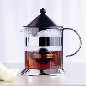 Minimalistyczna, ale praktyczna zaparzarka, dzięki której liście herbaty oddzielimy od naparu. Fot. Menu.