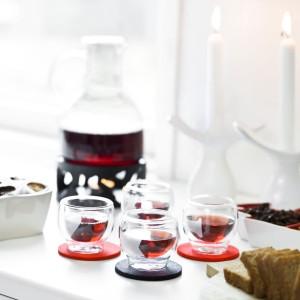 Urocze małe szklaneczki do grzanego wina to świetny pomysł na prezent. Sprawią, że raczenie się ciepłym trunkiem będzie szczególnie przyjemne. Fot. Sagaform.