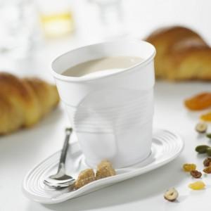 Biały kubeczek do cappuccino to alternatywa dla tradycyjnej filiżanki. Jego pognieciony design to tylko pozory - kubeczek jest zrobiony z mocnej porcelany. Fot. Revol.