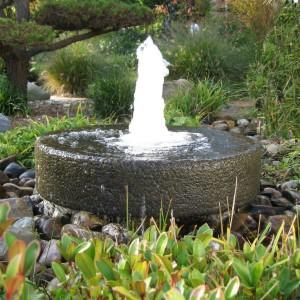 Mała, kamienna fontanna może stać się ciekawą dekoracją naszego ogrodu. Fot. Slink.