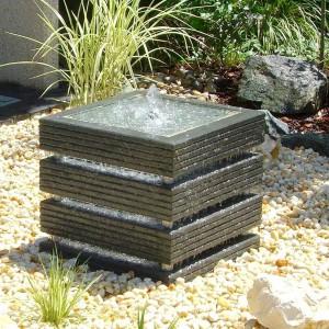 Fontanna o kubistycznym kształcie doskonale sprawdzi się w nowoczesnym ogrodzie. Fot. Slink.