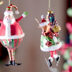 Radosne bajkowe ozdoby w kształcie wesołego Mikołaja i jego pomocnego renifera nawiązują do magiczności Świąt i ich silnego związku z dzieciństwem. Fot. Home&You.