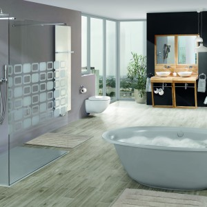 Wanna wolno stojąca Ellipso Duo Oval Kaldewei stanowi centrum salonu kąpielowego w stylu glamour, w którym zaaranżowano także strefę relaksu. Przytulnego charakteru i elegancji dodaje kominek. Fot. Kaldewei.