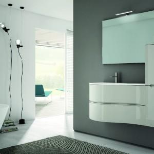 Meble łazienkowe Smyle by Blob firmy Idea Group maja fronty o lekkiej, fantazyjnej linii, a za sprawą białej, lśniącej powierzchni przypominają śnieżne zaspy. Fot. Idea Group.