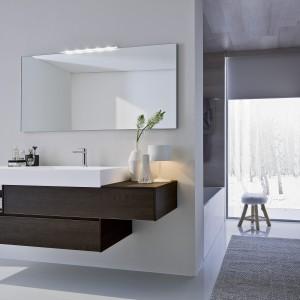 Biel to nieodzowny element zimowego krajobrazu. W białej łazience można ją zestawić z drewnem. Na zdjęciu: wyposażenie łazienkowe Nyu by Aqua firmy Idea Group. Fot. Idea Group.