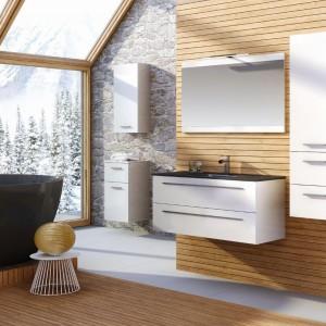 Przytulny, nieco rustykalny klimat w łazience podkreślają piękne widoki na ośnieżone świerki, których białą barwę przybrały także meble z serii Kwadro firmy Elita. Fot. Elita.