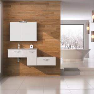 Biel i ciepłe tło drewna – w zimowej aranżacji prezentują się meble łazienkowe Play firmy Elita. Fot. Elita.