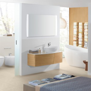 Meble do łazienki z serii Aveo New Generation z katalogu Villeroy&Boch mają wykończenie w jasnym drewnie. Wyraźne pasiaste usłojenie i miodowy odcień dodają uroku i świetnie podkreślają naturalne inspiracje. Fot. Villeroy&Boch.
