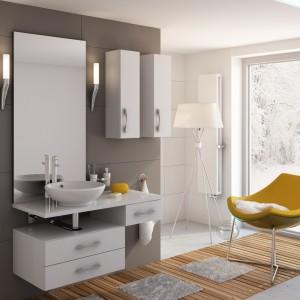 Zimowy krajobraz za oknem stwarza niepowtarzalny klimat wnętrza łazienki wyposażonej w zestaw Flores firmy Aquaform. Fot. Aquaform.