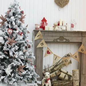 Przy zimowej choince stoi urokliwa, niewielka figurka wdzięcznego jelonka, przyodzianego we wstążeczkę w świątecznym, czerwonym kolorze. Namiastka domowej szopki, a także element dekoracyjny, który pokochają najmłodsi domownicy. Fot. Shutterstock.