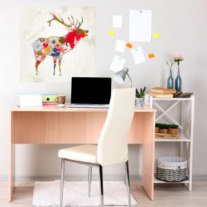 Kolorowa fototapeta z typografią przedstawiającą stojącego renifera. Mocne kolory pięknie ożywią ścianę, a niebanalny, surrealistyczny wzór jest ciekawym akcentem dekoracyjnym. Fot. Pixers.