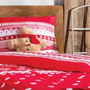 Zabawne figurki reniferów i nieproporcjonalnych sylwetkach, przyodzianych w spodnie Mikołaja są jak znalazł na Święta! Tutaj w towarzystwie z poduszką-pierniczkiem. Fot. Home&you.