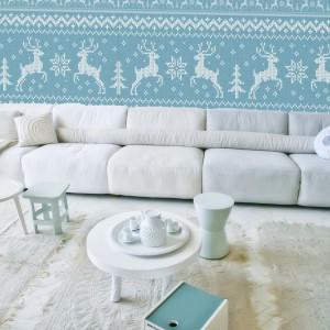 Wzorzysta wełniana tapeta w tradycyjnym norweskim stylu. Biegnące po ścianie reniferki ożywią przestrzeń każdego salonu. Fot. Dekornik.