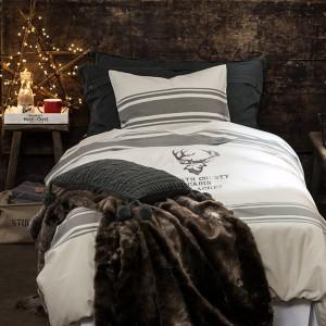 Pościel z nadrukiem głowy renifera idealnie pasuje do tej delikatnie surowej świątecznej aranżacji. Fot. H&M Home.