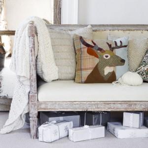 Typowo skandynawskie kolory ożywia patchworkowa poduszka dekoracyjna z motywem głowy renifera. Idealna nie tylko na Święta ale i całą zimę. Fot. Amara Home.