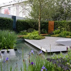 Propozycja nowoczesnego ogrodu prezentowana na targach Chelsea Flower. Połączenie prostokątnej płaszczyzny betonu oraz wody tworzy spójną kompozycję. Fot. Chelsea garden.