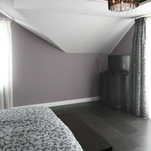 W sypialni umieszczonej na poddaszu zadbano o każdy detal. Starannie dobrane oświetlenie umieszczono w ozdobnej wnęce wykonanej w podwieszanym  suficie. Fot. Bartosz Jarosz.