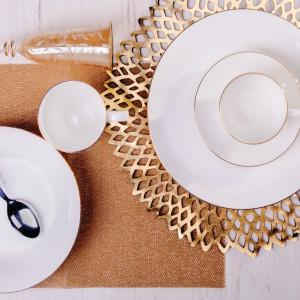 Srebro i złoto to kolory karnawału. Można je z powodzeniem wykorzystać przy dekorowaniu sylwestrowego stołu. Szampan z pięknie zdobionego kieliszka będzie smakował znakomicie. Fot. Home&You.
