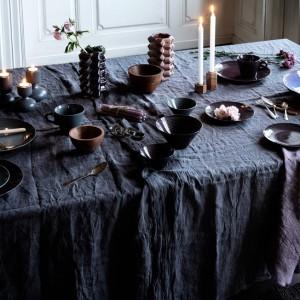 Również ciemne materiały i zastawa mogą być niezwykle eleganckie. Duńska firma zainspirowała się zimową melancholią Skandynawii. Fot. Broste Copenhagen.