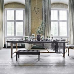 Wspaniała aranżacja duńskiej marki Tine K Home. Białe kwiaty w szklanych wazonach świetnie korespondują z minimalistycznie ozdobioną choinką. Fot. Tine K Home.