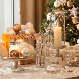 Piękny stół na przyjęciu to nie tylko odświętna zastawa. Ważne są też stylowe dodatki, takie jak wazony, patery, świeczniki i lampiony. Te ostatnie szczególnie, bo wprowadzają odpowiedni nastrój. Fot. Almi Decor.