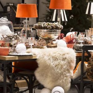 Bogato ozdobiony stół to wróżba na udany Nowy Rok. Futrzane poduchy lub narzuty na krzesła przypominają o urokliwym, zimowym klimacie. Fot. House&More.