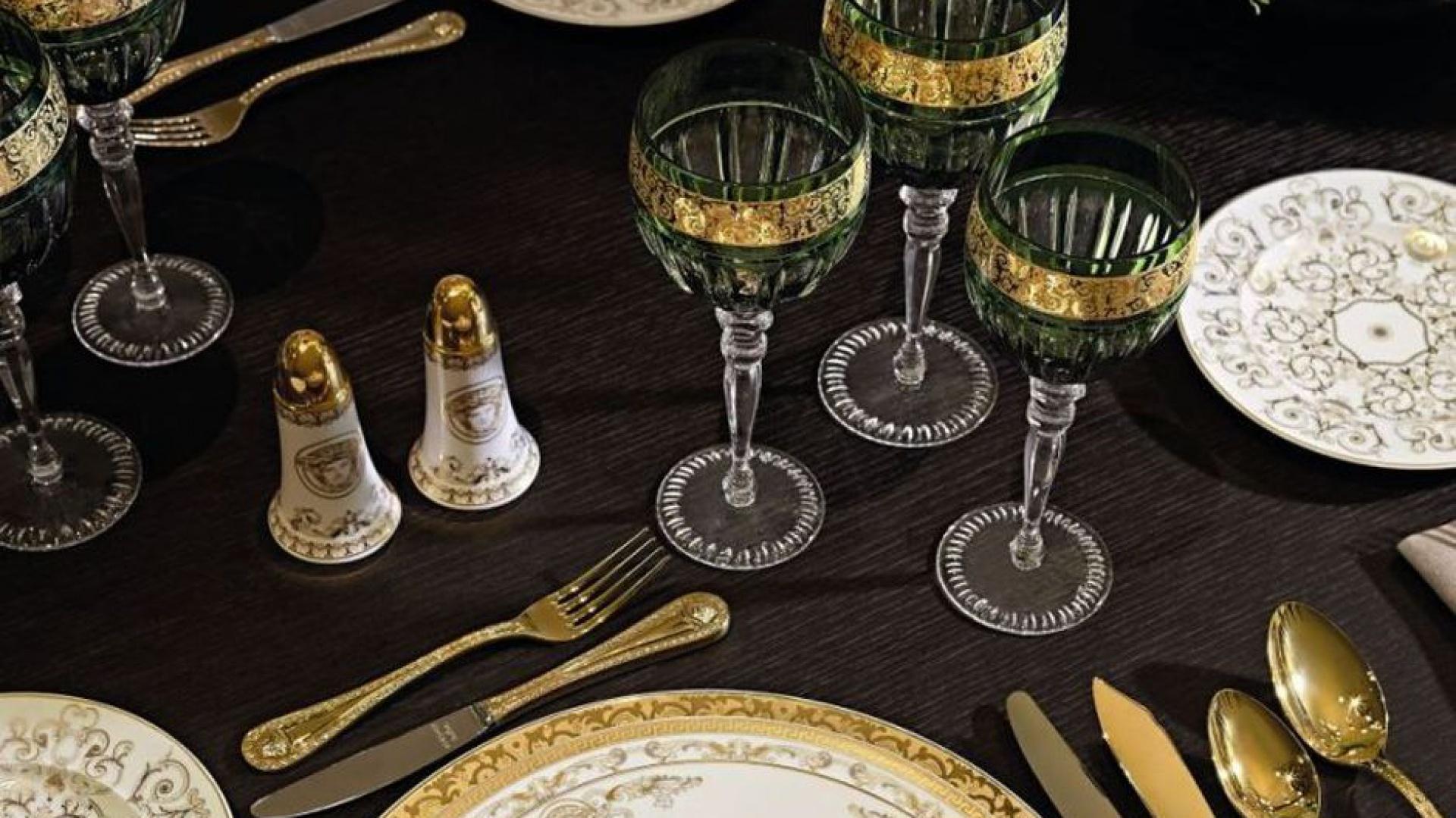 Kieliszki do wina o dość tradycyjnym kształcie, które wyróżniają się nietypowym zielonym kolorem i pięknym złotym ornamentem. Fot. Rosenthal.