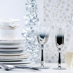 Kieliszki do wina i szampana Kartio to propozycja od Home&You. Eleganckie srebrny wzór będzie się wspaniale prezentował w czasie przyjęcia. Fot. Home&You.