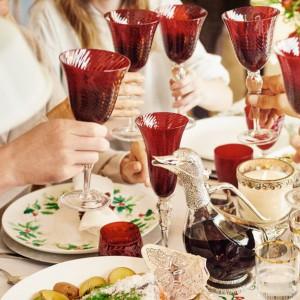 Piękne, czerwone kieliszki do wina ze żłobieniami i przezroczystymi nóżkami zadowolą osoby lubiące przedmioty, które wnoszą do wnętrza przytulność i radość. Fot. Zara Home.