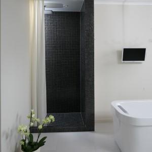 Stefa prysznica, która nie jest zamknięta drzwiami i deszczownica oferująca relaksujące strumienie to sposób na relaks i masaż pod prysznicem. Projekt: Izabella Korol. Fot. Bartosz Jarosz.